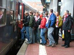 Fans beim Einstieg in den Zug