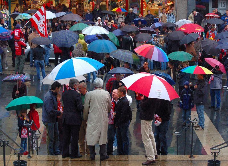 Fans im str�menden Regen vor dem Rathaus