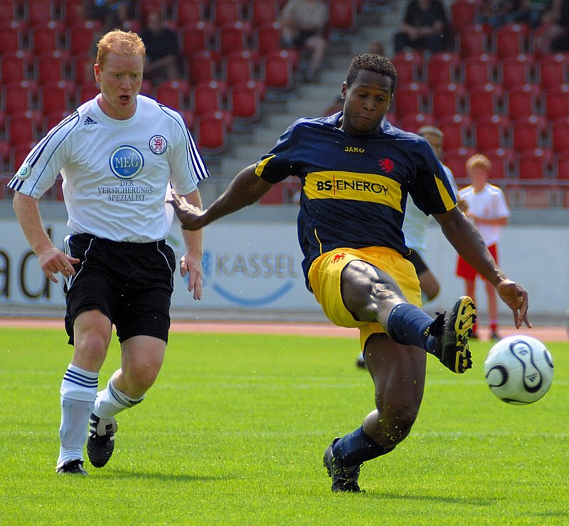 Sebastian Busch und gegen Braunschweigs Samuel Koejoe