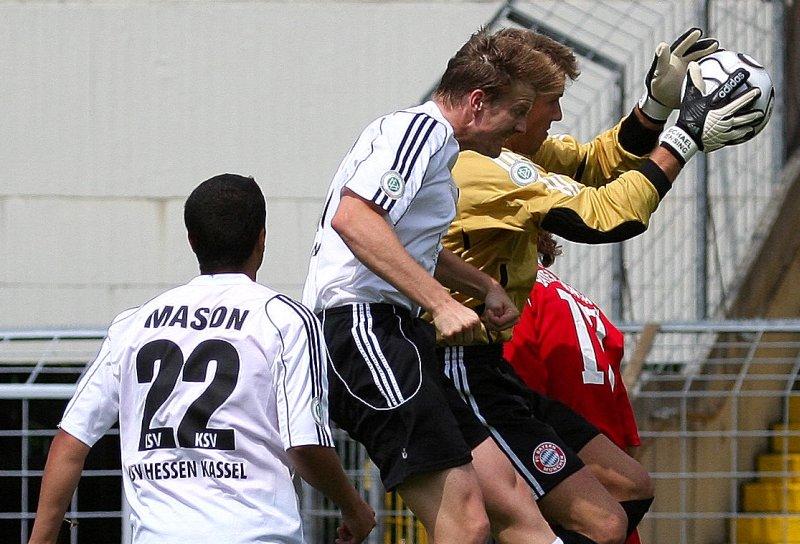Im M�nchner Strafraum: Michael Mason beobachtet Torsten Bauer und Bayern Torh�ter Michael Rensing (Foto: Altschuh)