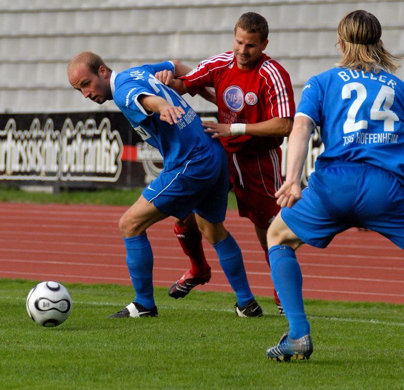 Kampf um den Ball Marc Arnold gegen Sebastian Hoene� und Sascha Boller (von hinten)