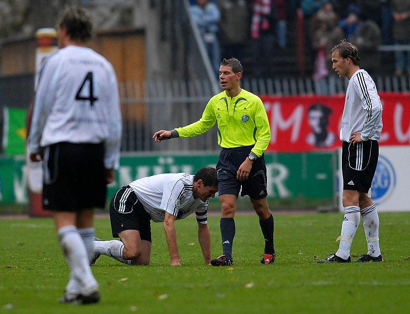 Faul an Thorsten Sch�newolf gesehen von Schiedsrichter Michael Kempter (Sauldorf)