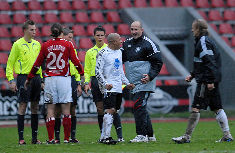 Trainer Matthias Hamann freut sich mit Julio Cesar