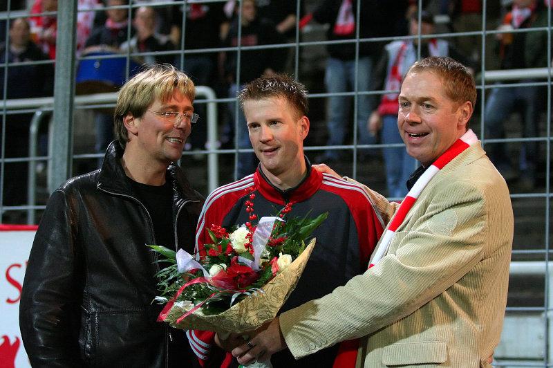 J�rg Schmidt (li.) und Jochen Gabriel (re.) gratulieren Thorsten Bauer (Mitte) zum 150. Liga-Einsatz im L�wen- Dress