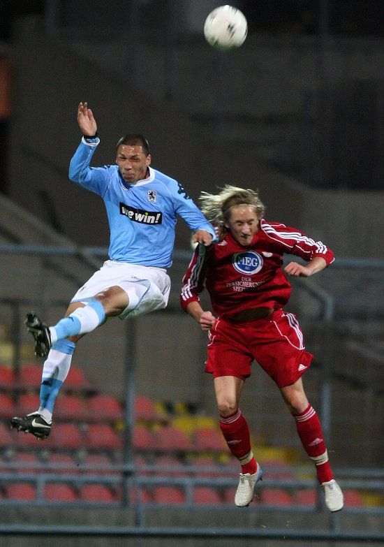 Jose Holebas (links) im Kopfballduell gegen Daniel Beyer (rechts)