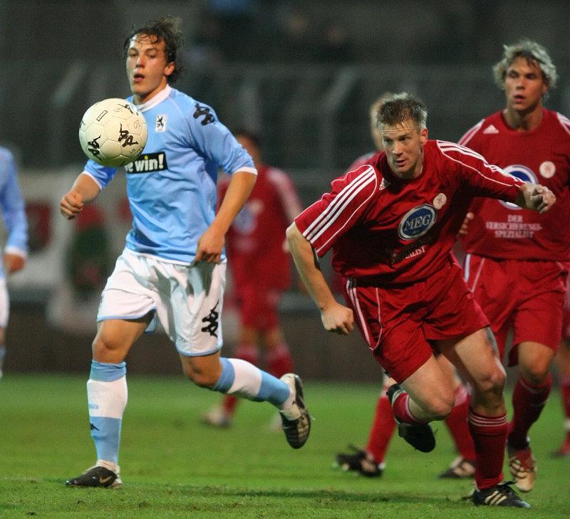 Kampf um den Ball Julian Baumgartlinger (links), Thorsten Bauer (rechts) und Kim Schwager (hinten)