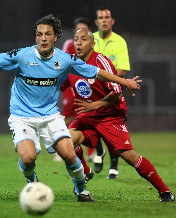 Julian Baumgartlinger (links) gegen Julio Cesar (rechts)