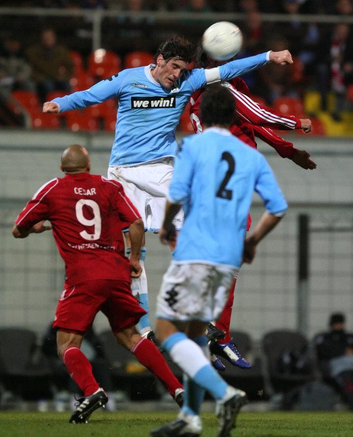 Julio Cesar (links unten), Dennis Polak (Kopfball links), Murat Turhan (Kopfball rechts), Julian Baumgartlinger (Nummer 2)