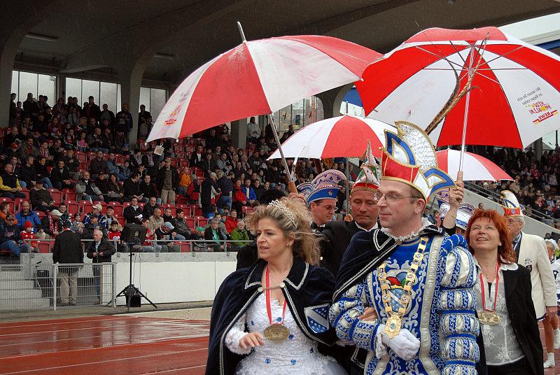 Das neue Kasseler Prinzenpaar: Prinzessin Yvonne und Prinz J�rgen II. (Mitte) mit ihren Begleiterpaaren