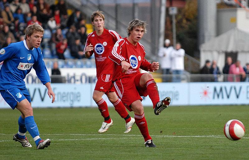 Andreas Mayer (li.) und Jan Fie�er beobachten Passpiel vom Kim Schwager (vorne)