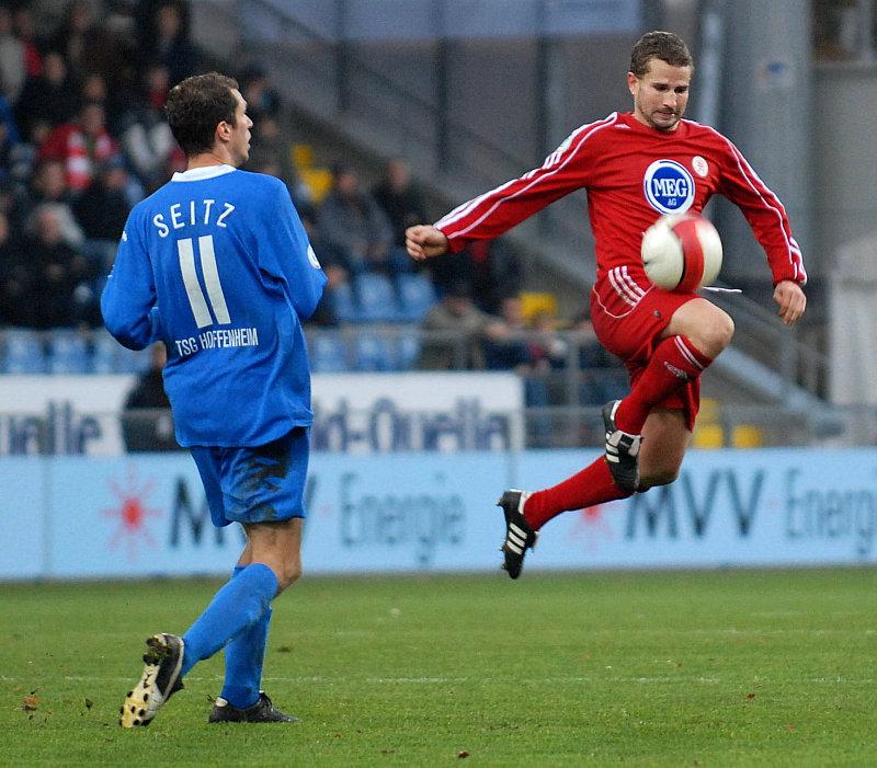 Jochen Seitz beobachtet Ballannahme von Marc Arnold (re.)