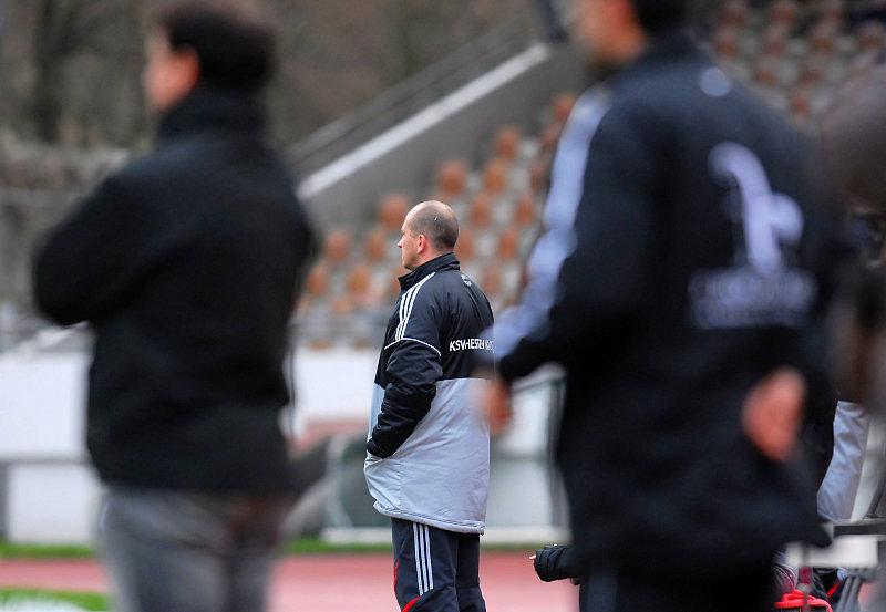 Trainer Matthias Hamann schaut angespannt zu
