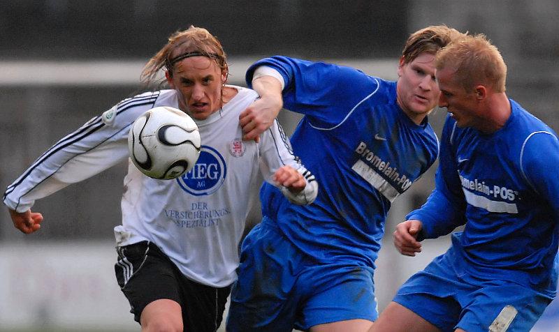 Kampf um den Ball: Daniel Beyer,  Denny Herzig und  Timo B�ttjer (v.li.)
