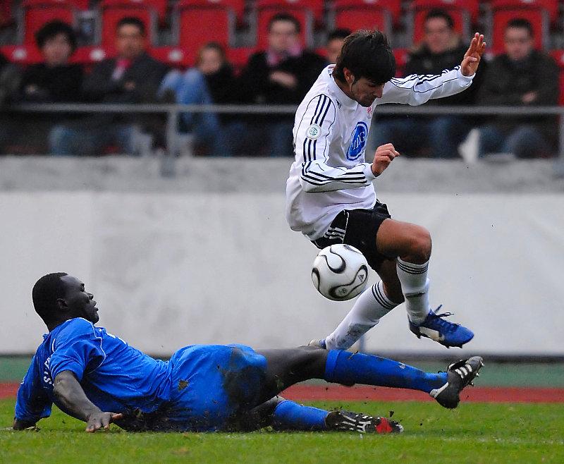 Lamine Ciss� am Boden gegen Murat Turhan