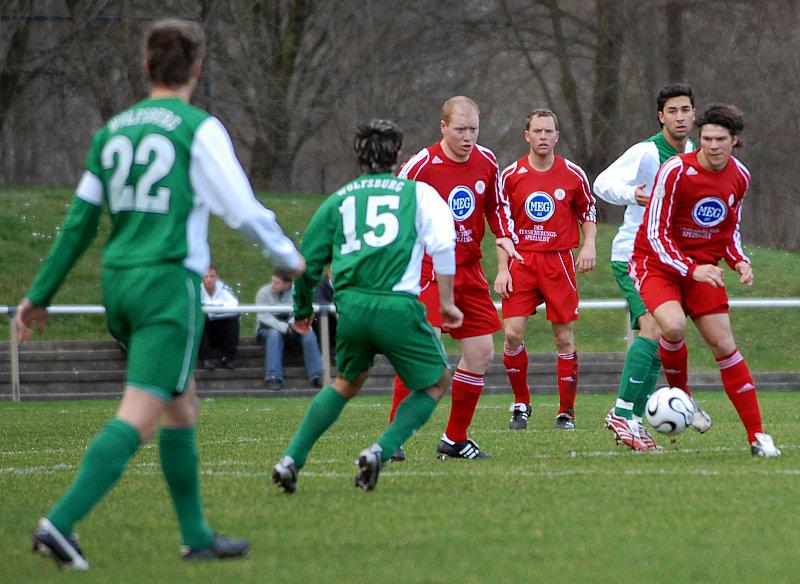Sebastian Busch, Dominik Suslik und Mario Klinger (v. li.) gegen VfL Wolfsburg U23