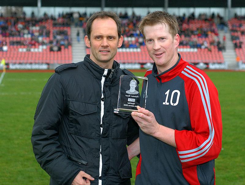 Thorsten Bauer erh�lt Auszeichnung Sportler des Jahres 2006 der HNA von Sportchef Frank Ziemke (li.)