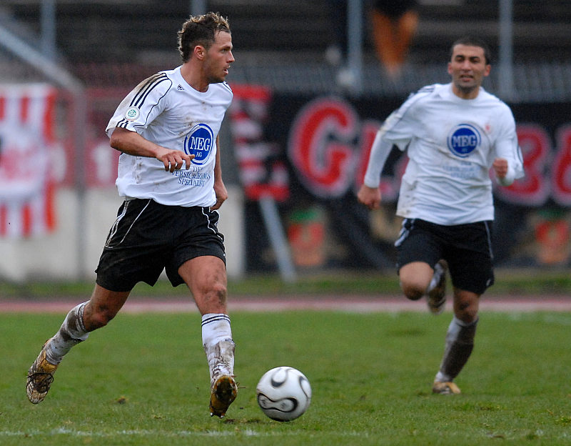 Auf dem Weg zu seinem Tor und 3:1 Endstand Denis Berger (li.)
