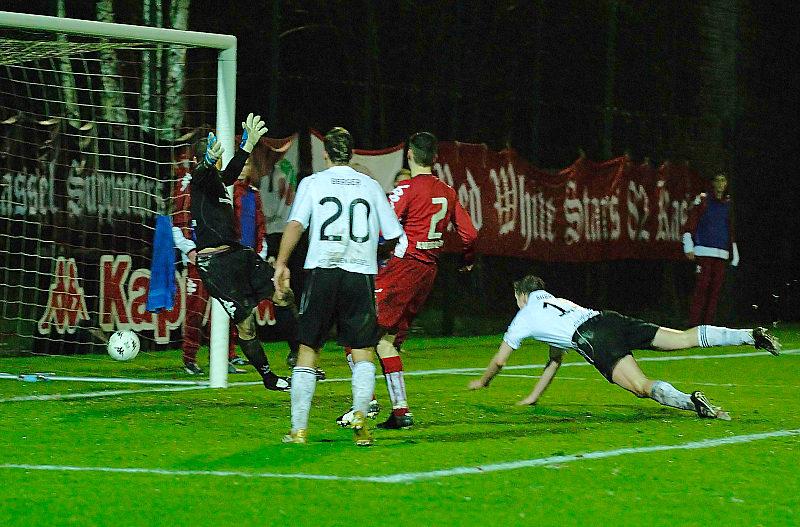 Mit einem Flugkopfball erzielt Thorsten Bauer (rechts) das 0:1 Siegtor