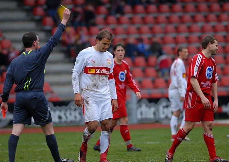 Marc Arnold (rechts) erh�lt von Schiedsrichter Bauer die Gelb-Rote Karte