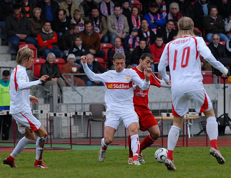 Julian Schuster (links) und Peter Perchtold (von hinten) schauen Turgay G�lbasi und Matthias Morys zu