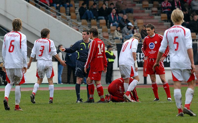 Joachim Schwabe (2. v. li.) und Jan Fie�er diskutieren mit Schiedsrichter Torsten Bauer