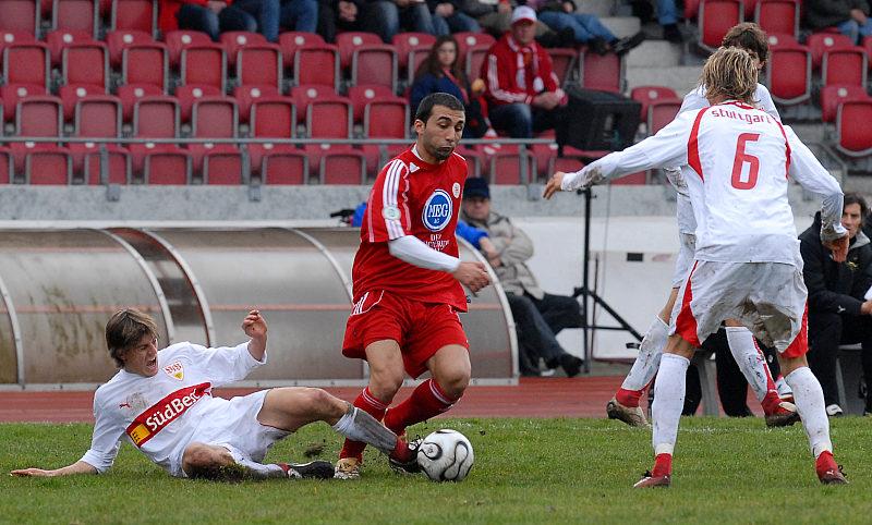 Martin Dausch (links) gegen Turgay G�lbasi und Julian Schuster (rechts)