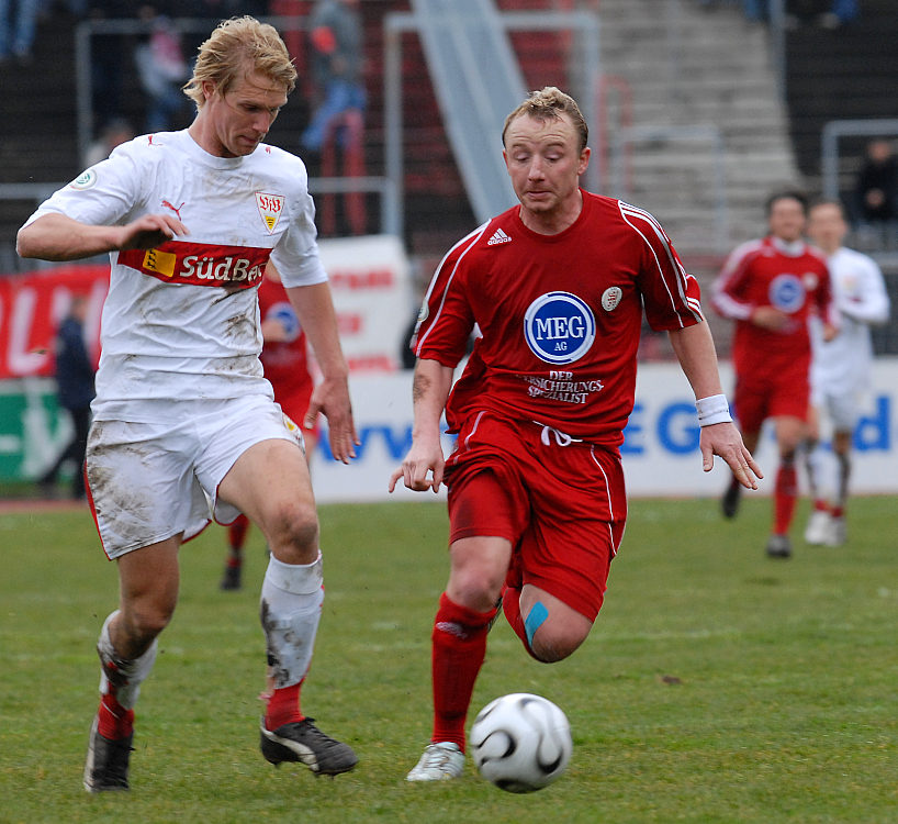 Im Zweikampf Julian Schuster (links) gegen Sebastian Wojcik