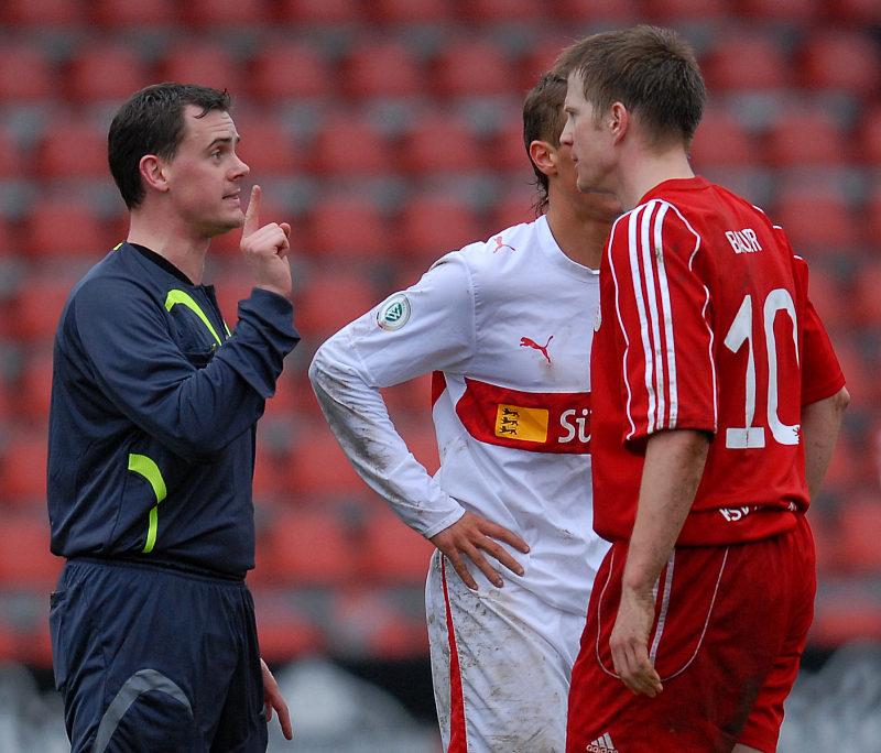Bauer gegen Bauer: Schiedsrichter Torsten Bauer und KSV Torj�ger Thorsten Bauer (rechts)