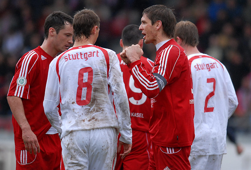 KSV Kapti�n Thorsten Sch�newolf (rechts) feuert seine Mannschaft an
