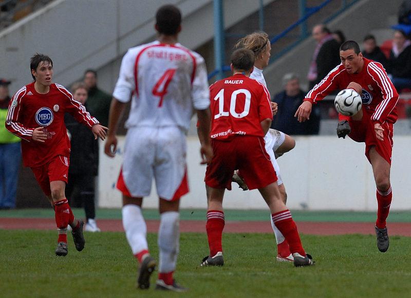 Bulut Aksoy (rechts) fischt sich den Ball aus der Luft