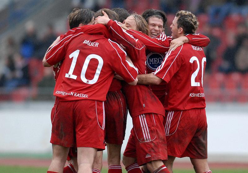 Freunde nach seinem 1:1 Anschlu�treffer durch Mario Klinger (2. von rechts)
