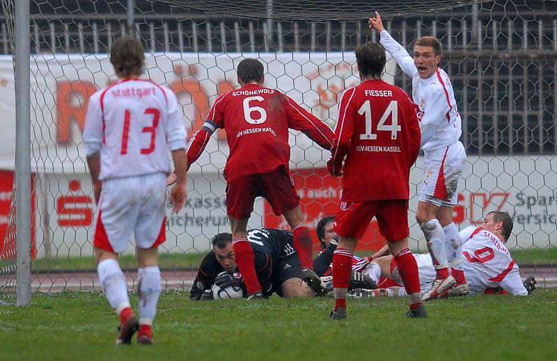 Gefahr im Kasseler Strafraum, KSV Keeper Oliver Adler hat den Ball unter Kontrolle