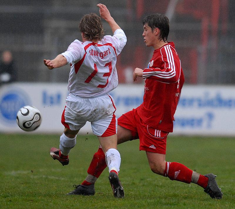 Kampf um den Ball zwischen Jan Fie�er und Martin Dausch (links)