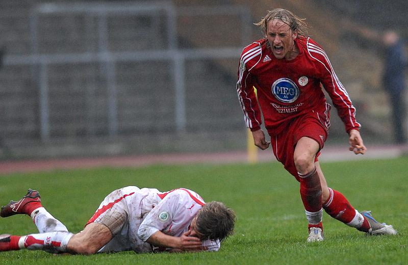 Daniel Beyer (rechts) erkundigt sich nach dem Wohlergehen seines Gegenspielers Martin Dausch (VFB II)