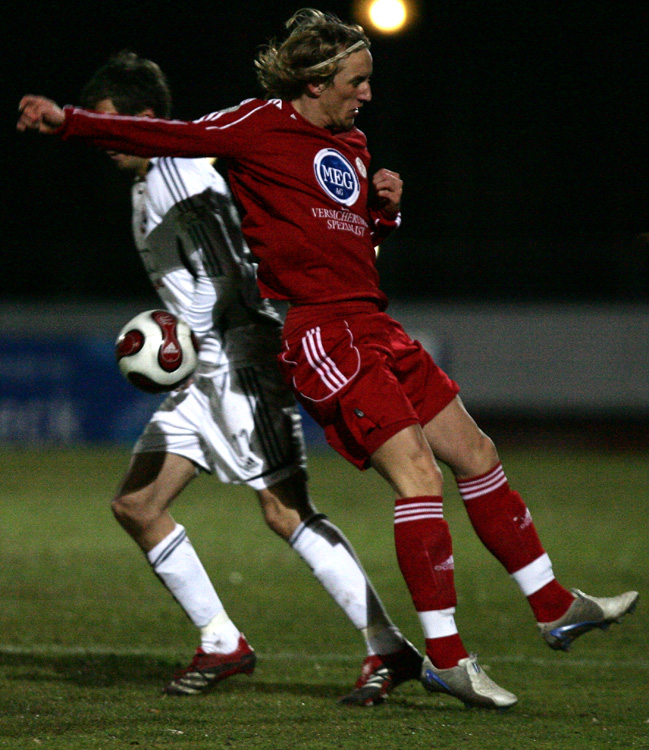 Daniel Beyer (rechts) im Zweikampf um den Ball gegen Tobias Schlauderer (FC 04 Ingolstadt)