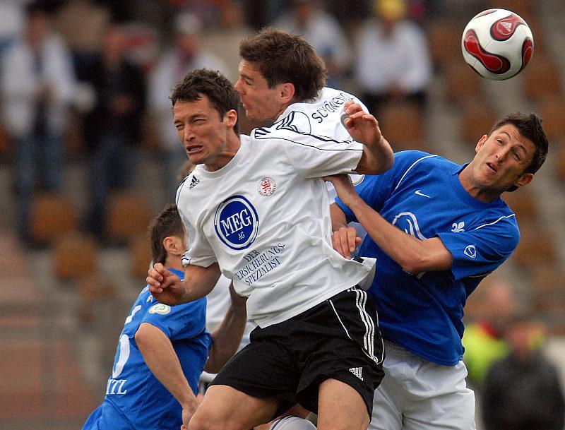Dreikampf in der Luft: Michael K�mmerle, Thorsten Sch�newolf gegen Nico Beigang (rechts)