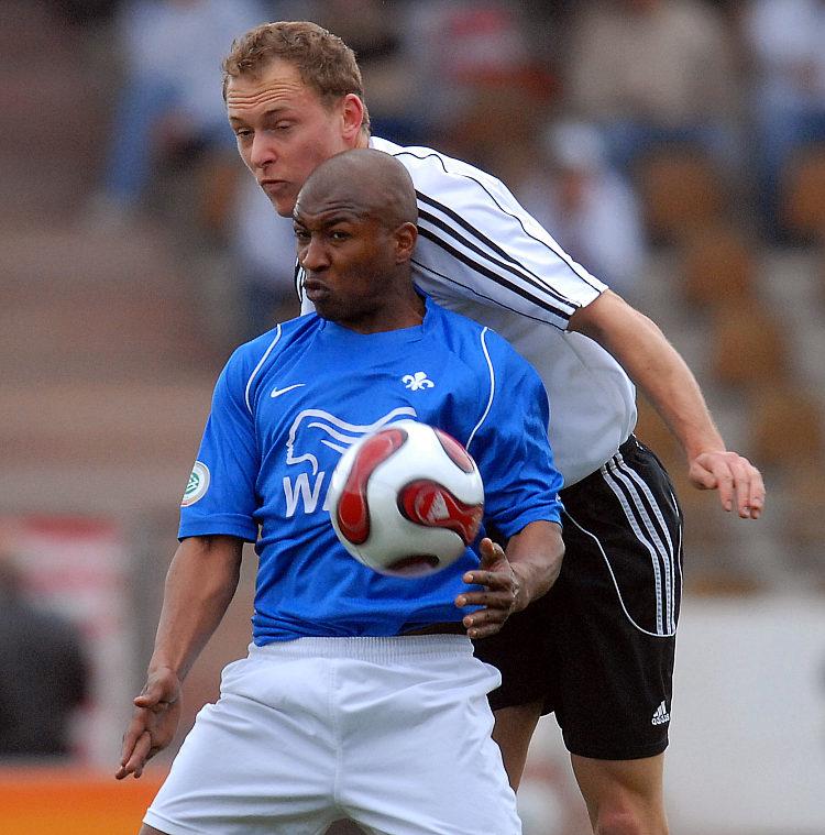 Zweikampf um den Ball zwischen Dominik Suslik und Jos� Sebastiao da Veiga (vorne)