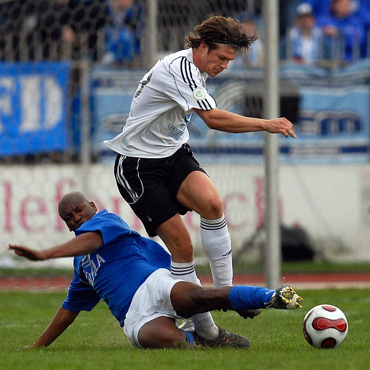 Echendu Adiele (am Boden) im Zweikampf gegen Mario Klinger