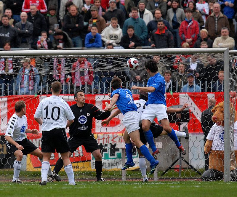 Stephan Hanke (Nummer 4) k�pft das 0:1 in die Maschen