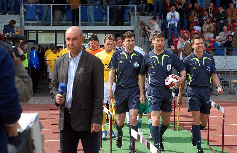 Werner Damm (HR) links, w�hrend dem Einlauf der Mannschaften, FIFA- Schiedsrichter Wolfgang Stark (Mitte) und die Assistenten Michael Emmer und  Thomas Stein