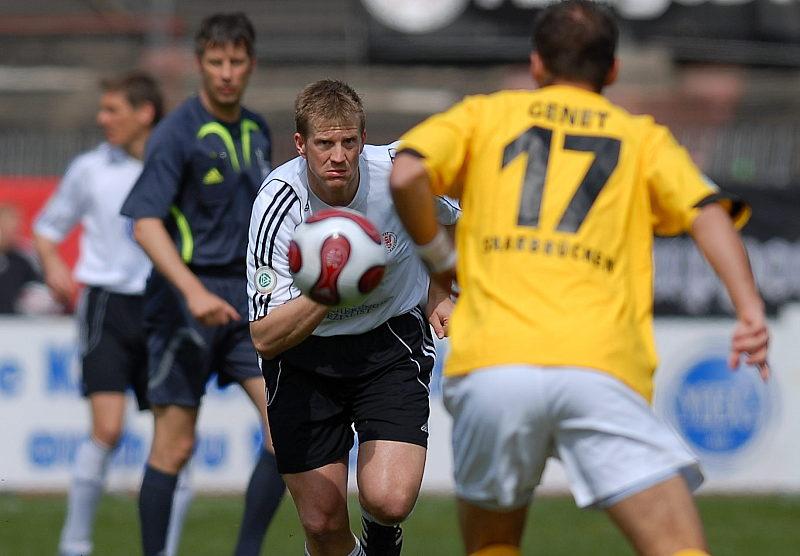 Blick zum Ball Thorsten Bauer gegen Alexis Genet (rechts)