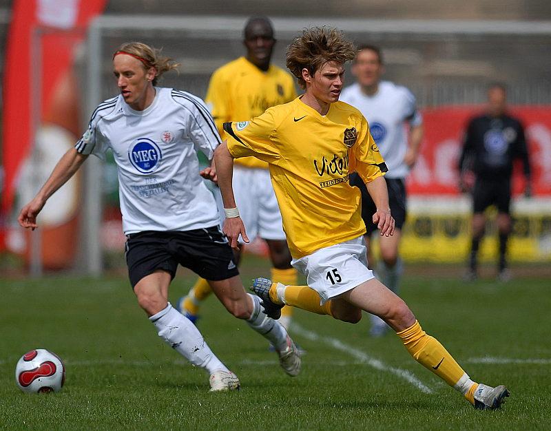 Daniel Beyer gewinnt Zweikampf gegen den Saarbr�cker Stephan Kling (rechts)