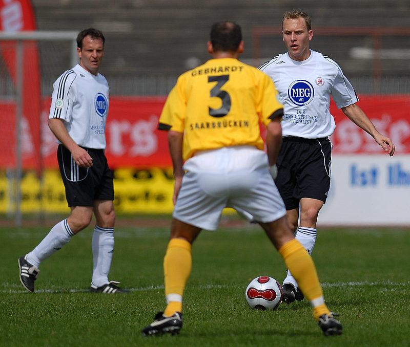 Mirco Dickhaut (hinten) beobachtet den Zweikampf von Dominik Suslik und Marco Gerhardt