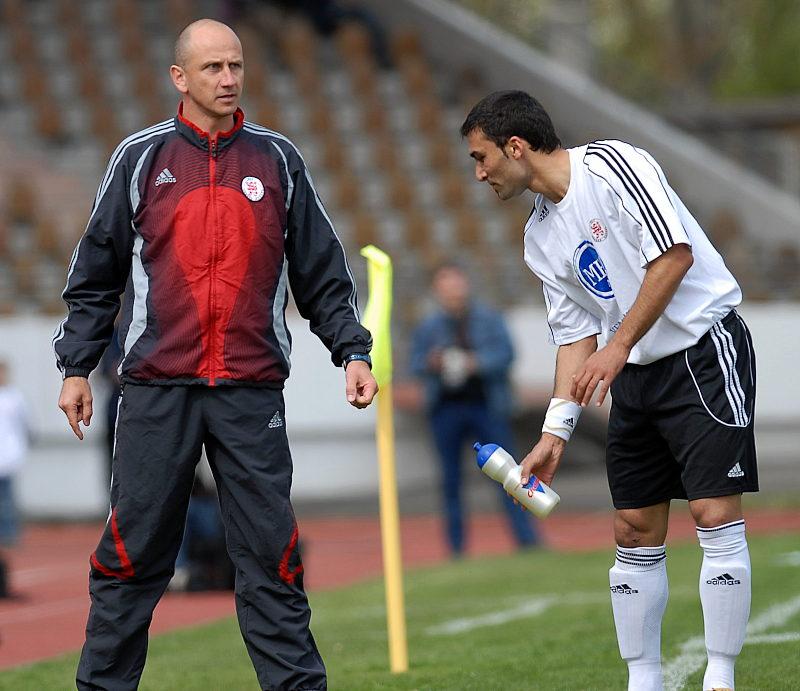 Trainer Matthias Hamann mit Anweisungen an Turgay G�lbasi (rechts)
