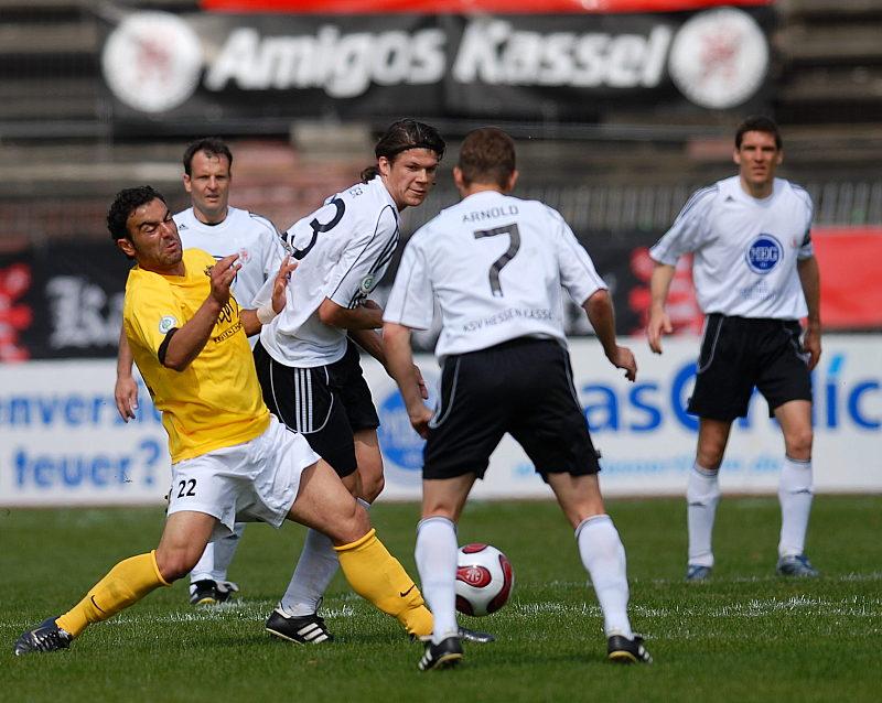 Mahir Saglik (links) gegen Mario Klinger und Marc Arnold