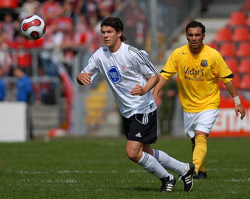 Mario Klinger verfolgt von Mahir Saglik (rechts)