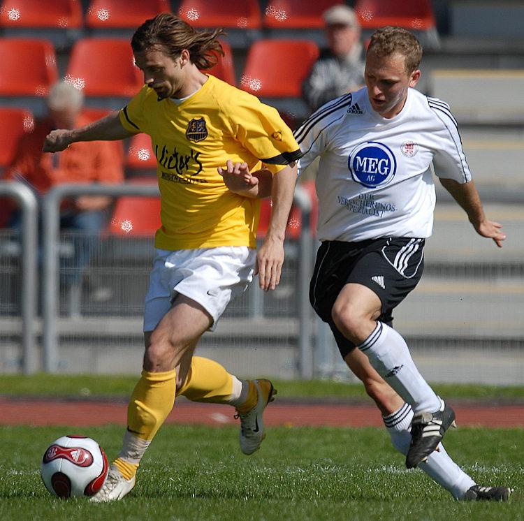 Dominik Suslik k�mpft um den Ball gegen Jonathan J�ger (links)