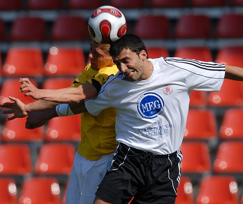 Kopfballduel von Turgay G�lbasi (rechts) gegen Mike Frantz