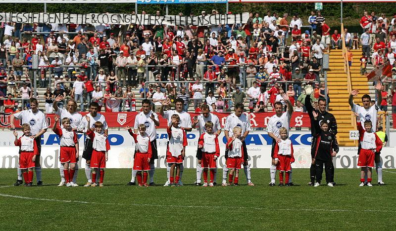 Die L�wen im Siegener Leimbachstadion vor 3.383 Zuschauern