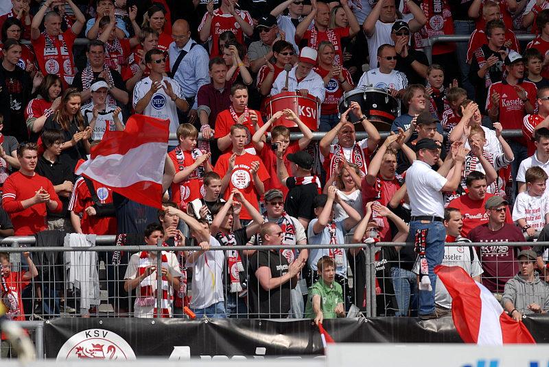 4500 Zuschauer bei sonnigem Fu�ballwetter im Auestadion